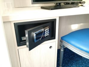 Moderner Hoteltresor im Schreibtisch