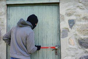 Einbrecher an der Wohnungstür